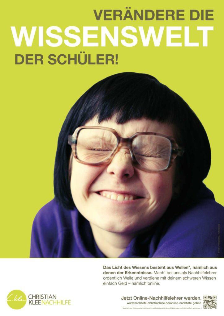 Ein Poster mit einem Mädchen, das die Augen zusammen kneift - Verändere die Wissenswelt der Schüler