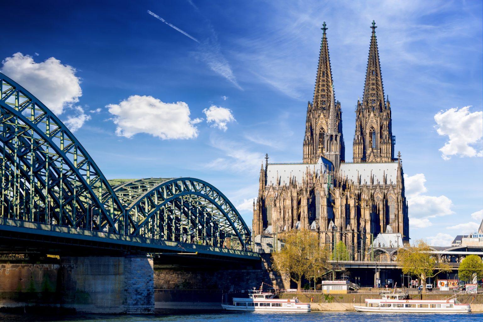 Kölner Dom mit Hohenzollernbrücke im Vordergrund